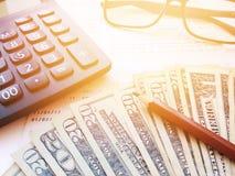 Crayon, lunettes, carnet de compte d'épargne de calculatrice, d'argent et d'épargnes ou relevé de compte financier sur le fond bl photo stock