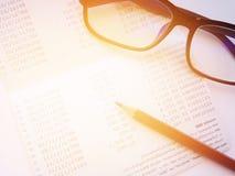 Crayon, lunettes et carnet de compte d'épargne d'épargnes ou relevé de compte financier sur le fond blanc photographie stock libre de droits