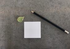 """Crayon noir avec le livre blanc et la petite feuille verte, concept """"getting de  d'idea†Images stock"""