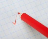 Crayon rouge écrivant un repère photos stock