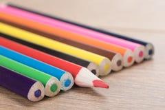 Crayon rouge de crayon faisant face à la direction opposée Photos stock