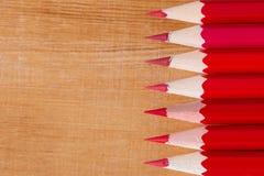 Crayon rouge de groupe sur la table en bois Images libres de droits