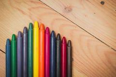Crayon sur le fond en bois Image stock
