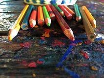 Crayon utilisé de couleur sur la table photos libres de droits
