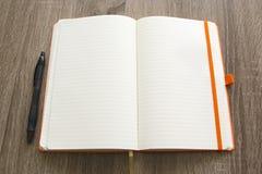 Crayon vide d'overa de carnet au-dessus du fond en bois de Tableau Photographie stock