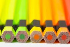 Crayonne des nuances d'orange et de vert images stock