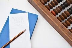 Crayonnez, feuille de papier et vieil abaque Photographie stock libre de droits