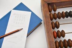 Crayonnez, feuille de papier et vieil abaque Photos libres de droits