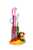 Crayonnez la cuvette remplie de crayons lecteurs colorés, crayons Image stock