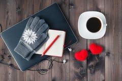 Crayonnez sur un carnet et un ordinateur portable étroits sur la table en bois F sélectif Photo libre de droits