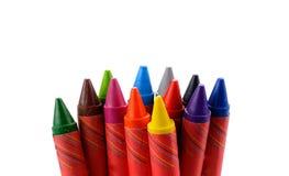 Crayons выровнялись вверх в радуге изолированной на белой предпосылке Стоковые Фотографии RF