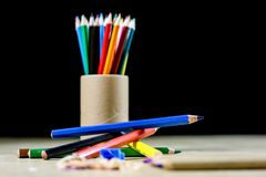 Crayons и точилка для карандашей на деревянной таблице офиса Crayons w стоковые изображения rf