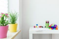 Crayons на таблице Стоковое Фото