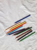 crayons покрашенные карандаши на белой предпосылке Стоковое Изображение RF