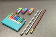 Crayons цвета на темной серой предпосылке Стоковые Изображения