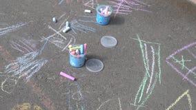Crayons для рисуя лежать на мостоваой акции видеоматериалы