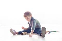 Мальчик красит изображение crayons стоковая фотография rf