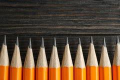 Crayons affil?s sur le fond en bois images stock