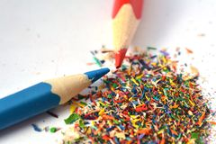 Crayons affilant, copeaux Photos stock