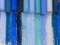Crayons artistiques bleus Photographie stock libre de droits