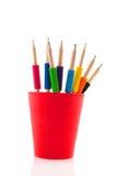 Crayons avec l'adhérence colorée image stock