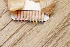 Crayons avec le papier images stock