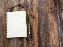Crayons, carnets et verres Photos stock