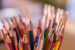 Crayons colorés affilés Images libres de droits