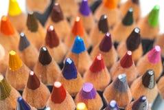 Crayons colorés affilés Une pile de crayons colorés Préparez pour peindre Images stock