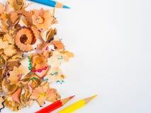 Crayons colorés avec les copeaux colorés de crayon Photos stock