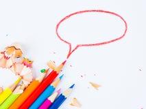Crayons colorés avec les copeaux colorés de crayon Photos libres de droits