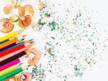 Crayons colorés avec les copeaux colorés de crayon Images libres de droits