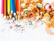 Crayons colorés avec les copeaux colorés de crayon Photographie stock libre de droits
