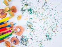 Crayons colorés avec les copeaux colorés de crayon Image stock