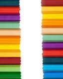 Crayons colorés colorés pour le fond Photos stock