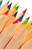 Crayons colorés contre le blanc image stock