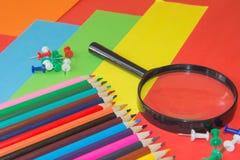 Crayons colorés dans l'ensemble la photo Crayons colorés lumineux Image stock