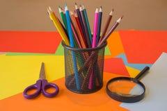 Crayons colorés dans l'ensemble la photo Crayons colorés lumineux Photographie stock libre de droits