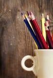 Crayons colorés dans la cuvette Photographie stock