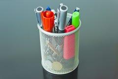 Crayons colorés dans un bidon argenté Image stock