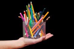 Crayons colorés dans un pot en plastique Photographie stock libre de droits