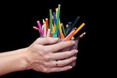 Crayons colorés dans un pot en plastique Image stock