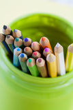 Crayons colorés dans un pot vert Image libre de droits