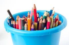 Crayons colorés dans un seau Photos libres de droits