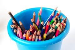 Crayons colorés dans un seau Photo libre de droits