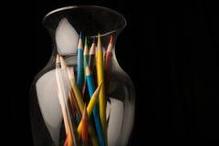 Crayons colorés dans un vase en verre Images libres de droits