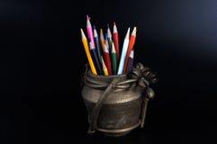 Crayons colorés dans une cruche d'argile Photographie stock libre de droits