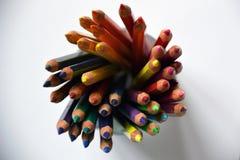 Crayons colorés dans une tasse en verre Photographie stock libre de droits