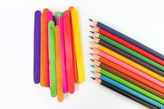 Crayons colorés de crayon au-dessus d'un fond blanc Images libres de droits