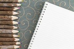 Crayons colorés de crayon et un carnet vide Images libres de droits